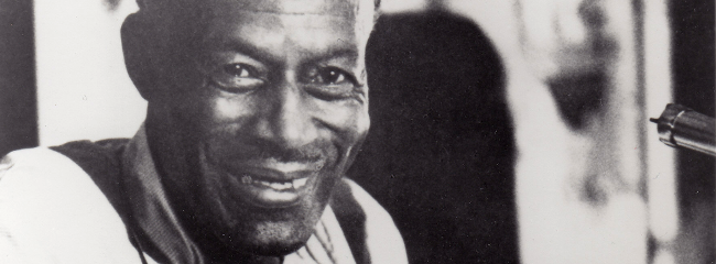 Son House med en dobro (resonatorguitar).